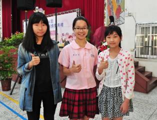 李沂芃(中)、謝佳妤(左)和張倍慈獲選為全國慈孝家庭楷模。(記者許素蘭/攝)