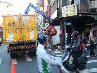 環保局出動大型機具清除福德街口人行道雜物,恢復市容整潔。(圖/市場處提供)