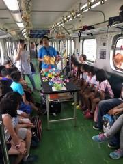 照片說明:小學生在火車上進行科學遊戲活動