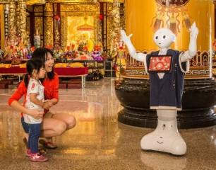 北港武德宮聘雇機器人Pepper作為文化導覽員,提供信眾不同的互動體驗與感動。(記者陳昭宗拍攝)