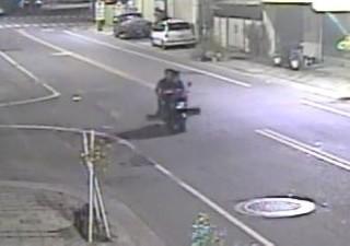 路口監視器清楚拍下2名犯嫌以機車載運龍柏的畫面,警方傳喚到案法辦。(記者陳昭宗拍攝)