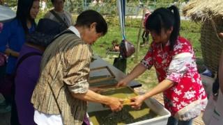 桃園農博農村再生展區「造紙術」體驗活動,長輩玩得很開心。