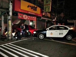 吸毒犯遇警攔查心虛不停   撞警車後自撞早餐店被逮