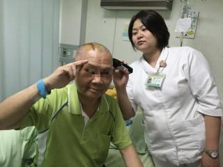 南投醫院護理師邱佳佩幫病患理髮再手術。