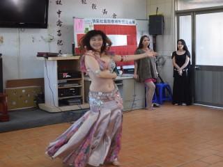 多位肚皮舞老師在大安區頂安關懷據點為長輩表演肚皮舞,如蛇腰扭  動靈活舞姿,獲得老人家直叫好。(記者陳榮昌攝)