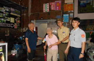 老婦人迷路,員警協助返家。(圖/屏東縣政府警察局提供)