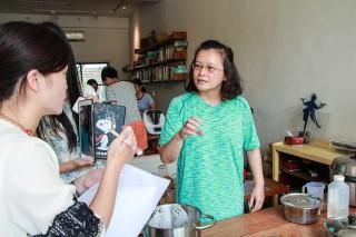 穿龍老屋豆腐坊陳又睿認為,台灣豆的好,需要更多人知道。(圖/記者何沛霖攝)