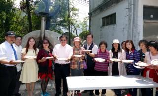 南投縣仁愛鄉農會與仁愛國中於5日上午共同舉辦「五月馨情-披薩傳情」親子創意披薩Diy活動,慶祝母親節。