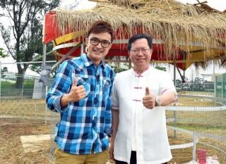 桃園市長鄭文燦前往農業博覽會」-微笑牧場專區,接受電視專訪直播。