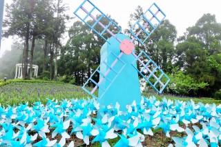 2017清境風車節活動,由清境小瑞士花園以萬支天空藍風車在清境小瑞士花園裡,藍白相間的風車隨風舞動飛翔,迎接遊客的到來。
