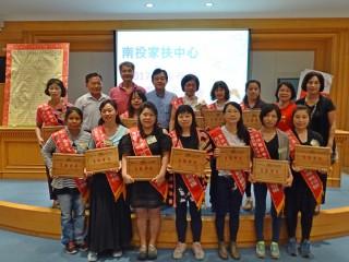 表揚活動來賓與受獎母親合影。