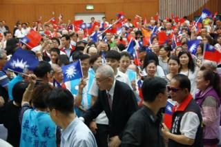 吳敦義受到黨員老友的包圍握手問候。(記者扶小萍攝)