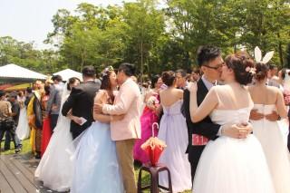 新人擁吻99秒,幸福甜蜜的模樣構成一幅美麗的圖畫。(記者許素蘭/攝)