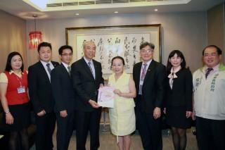 新光人壽捐贈低收入戶微型傷害保險,與張花冠縣長談台灣燈會