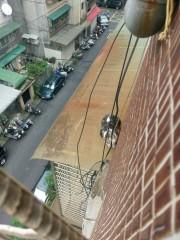 小貓受困屋簷上 高空吊車即刻救援