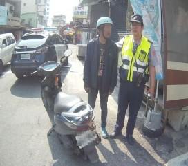詹男因案被通緝有家歸不得,卻遭警方取締交通違規而逮獲。(記者陳昭宗拍攝)