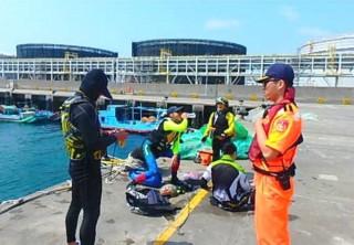 麥寮安檢所守望哨發現分乘水上摩托車進入麥寮工業港求救,立即予以援救並協助送醫。(記者陳昭宗翻攝)