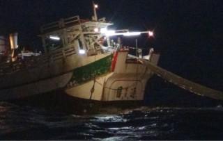 漁船違規使用拖網作業,遭岸巡總隊查獲送辦。(記者陳昭宗翻攝)