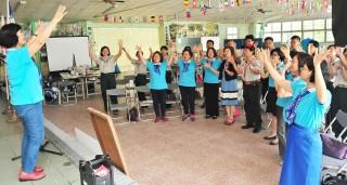 女童軍姐妹一同唱歌、跳舞,展現熱情與活力。(記者許素蘭/攝)