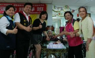 苗醫護理之家提前為住民慶祝母親節。(記者許素蘭/攝)