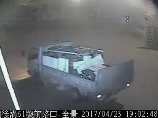 路口監視器清楚拍下載運廢棄物的車輛,警方以車追人,順利查獲3名犯嫌違法傾倒廢棄物。(記者陳昭宗翻攝)