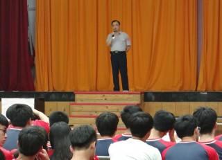 北港警分局副分局長吳柏源至北港農工向師生實施預防犯罪宣導。(記者陳昭宗拍攝)