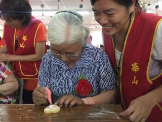 ▲華山基金會志工關懷弱勢長輩,並辦理母親節活動,讓長輩們過一個溫暖的母親節。(圖/記者郭文君攝)