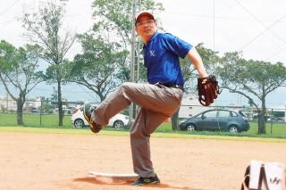 宜蘭市長江聰淵在前往美國大聯盟登板開球前,勤練投球技巧。(圖/宜蘭市公所提供)