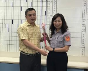 南投警友會副主任許孝賜贈女警花束。
