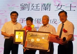 中國國民黨副主席郝龍斌頒獎給模範母親。