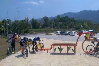 臺南南化遊客中心全區獲綠建築銀級證書,用回收雨水灌溉草皮,使用太陽能發電,戶外草皮空間是親子週末休閒散步,是單車族野餐理想地。