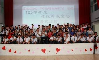 五育高中親師生共同歡慶母親節。(記者扶小萍攝)
