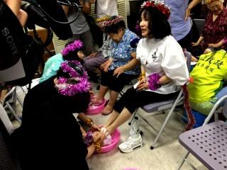 李雅萍率子女 安養院慶賀母親節