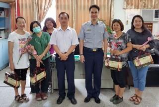 北港警分局長李憲蒼親手送上康乃馨及小禮物,表達對女性同仁最真誠的祝福與敬意。(記者陳昭宗拍攝)