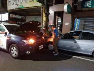 熱心員警深夜搶救拋錨車