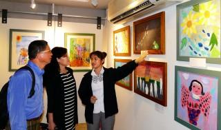由南投縣仁愛國中、親愛國小萬大分校兩校孩子的「蝸牛與天使」美術聯展,12日在埔里鎮紙教堂「流」Gallery展出,歡迎民眾前來欣賞。