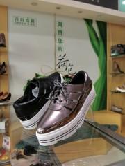 金屬色系是今年春夏鞋子流行色系之一,尖頭鞋款也是時尚主流。(記者賴淑禎攝)