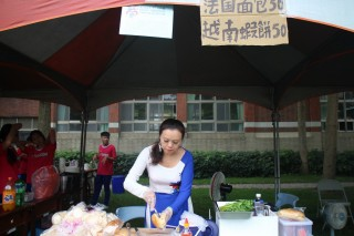 水里商工園遊會新住民媽媽準備越南的特色美食。