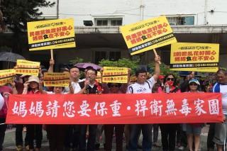 臺南藍營抗議群眾今天下午2點26分,用哨子與汽笛對蔡政府食安政策「哩哩落落」表達嚴重抗議。