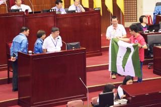 有議員質詢台北市長柯文哲,民眾可否攜帶台灣國國旗進場加油?當時柯文哲回答「可以」,不過北市府秘書長,同時也是台北世大運執行長蘇麗瓊之後表示,世大運舉辦,期間民眾可持國旗、中華民國大專院校體育總會會旗到場加油,但台灣國國旗等政治性旗幟不能帶進場。(圖/台北市政府)