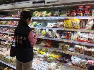 高雄市政府衛生局針對轄內餐飲麵店、大賣場及製麵廠等地點抽驗麵條、烏龍麵、水餃皮等麵濕加工製品共計37件。(圖/記者何沛霖攝)