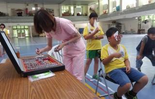 縣議員蔡岳儒發起「點亮雲林」學童視力保健免費配鏡活動,讓學生能夠學習無礙,清楚看見自己的未來。(記者陳昭宗拍攝)