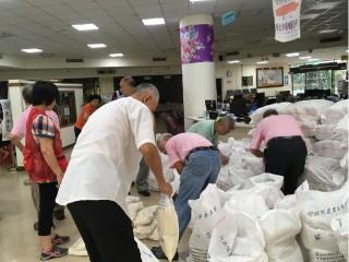 板橋公所發放愛心米關懷弱勢家庭。(圖/板橋公所提供)