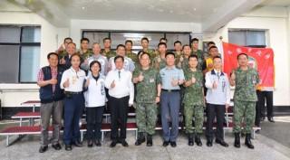 桃園市長鄭文燦前往陸軍第三地區支援指揮部運輸兵群,出席「106年端午勞軍活動」。