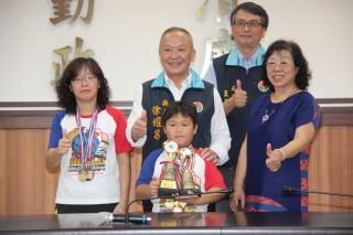海口國小二年級學生陳威中參加競技疊杯錦標賽打破世界紀錄。(記者許素蘭/攝)