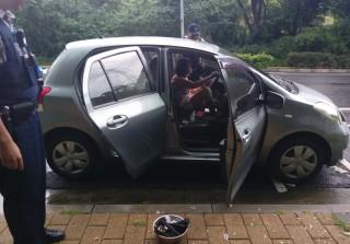 員警發現副駕駛座踏有一鍋正在燃燒的木炭,立即強制打開車門,即刻救援謝姓婦女。