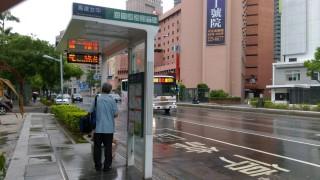 ▲高市交通局為改善民眾候車品質,將積極興建懸臂式候車亭,有效利用公共空間。(圖/記者郭文君攝)