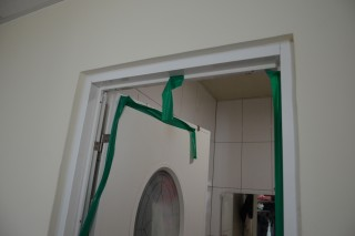 燒炭房間現場用塑膠帶貼住,炭煙流向隔璧房,差點連鄰居也不治。(圖/記者黃芳祿攝)