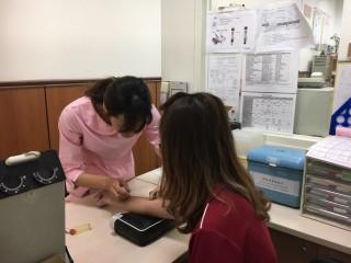 衛生局主動通知有接受注射服務的高風險民眾前往楊梅區衛生所接受免費血液篩檢。
