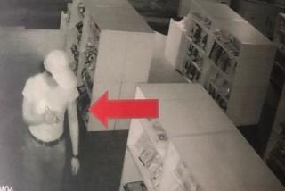 吳姓慣竊利用商店休息時間闖空門,過程監視器全都錄,遭眼尖巡邏警於街上認出,盤查後逮捕歸案。(記者陳昭宗拍攝)